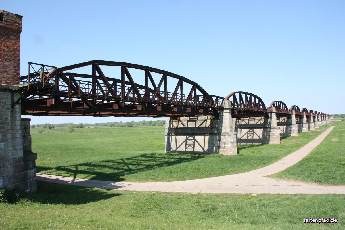 16 von ursprünglich 24 Brückenbögen überspannen vom Brückenhaus aus das Deichvorland der Elbe.