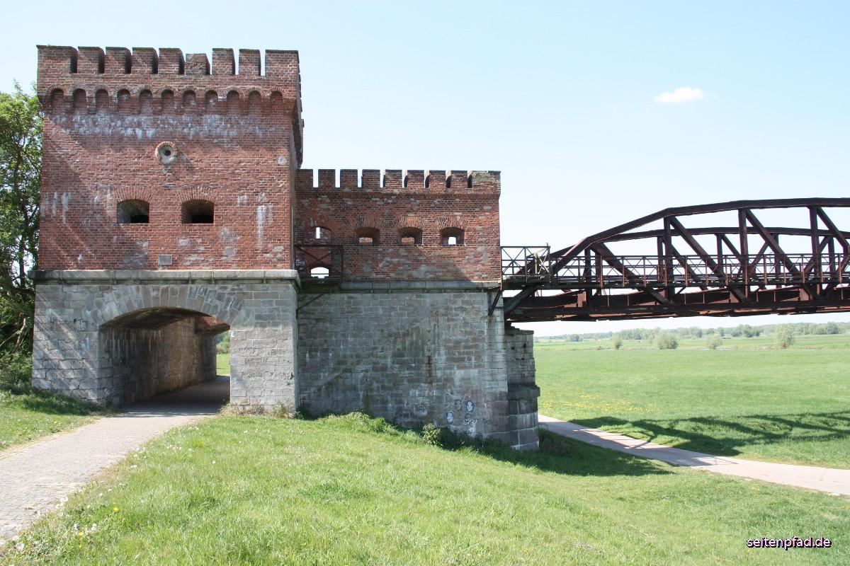 Seitenansicht des Brückenhauses anm niedersächsischen Elbufer. Das Brückenhaus mit Schießscharten und Kasematten war für den Verteidigungsfall gedacht.