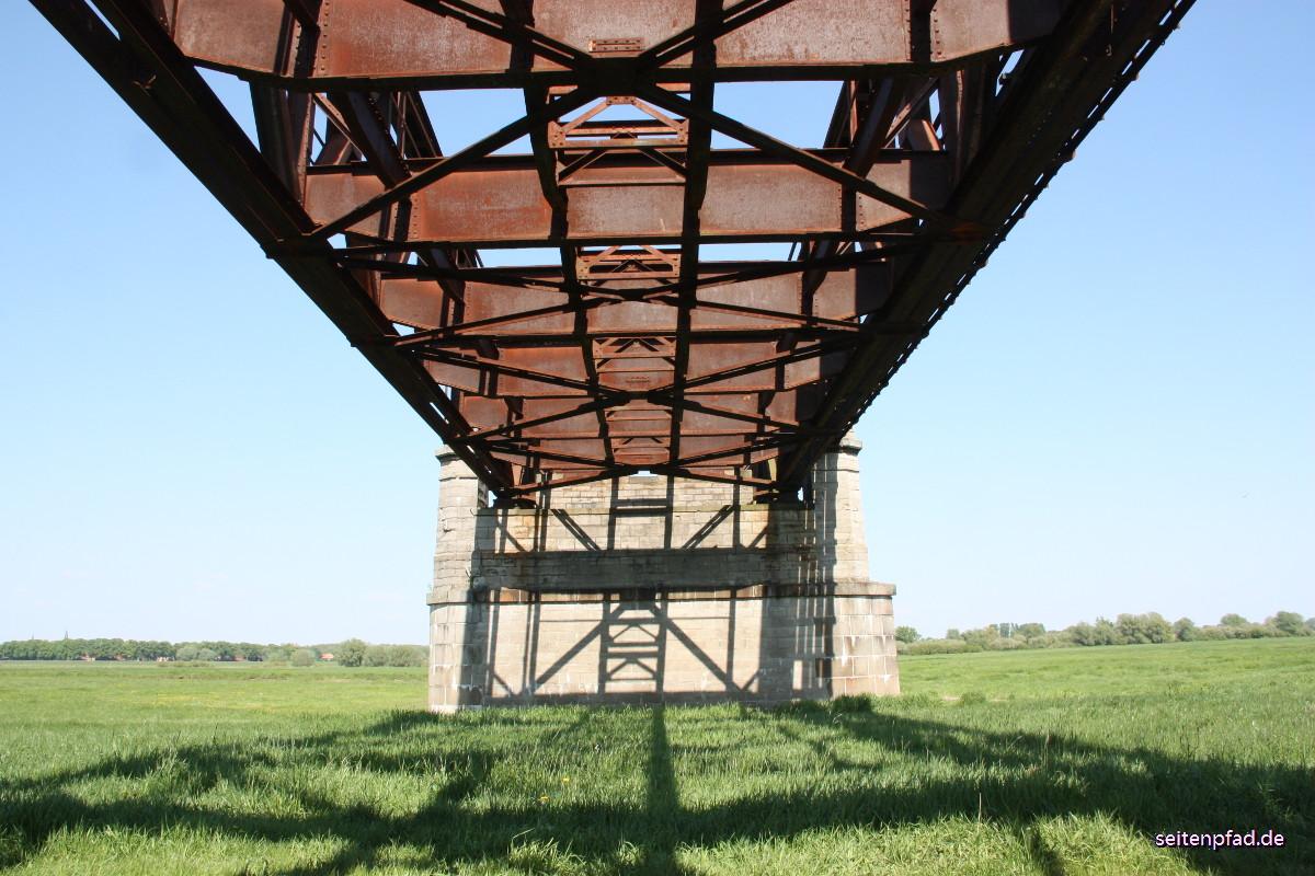 Erstes Element der Stahlfachwerkbrücke