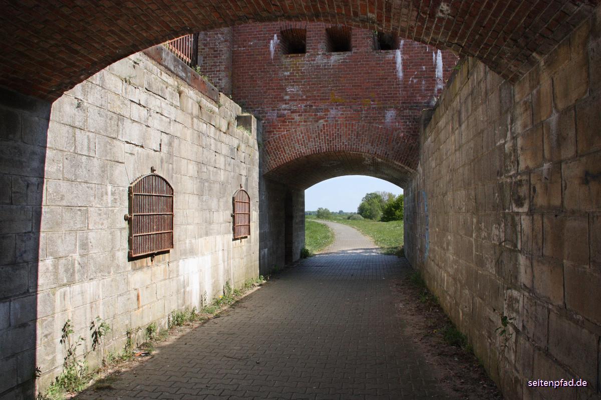 Durchgang unter dem Brückenhaus