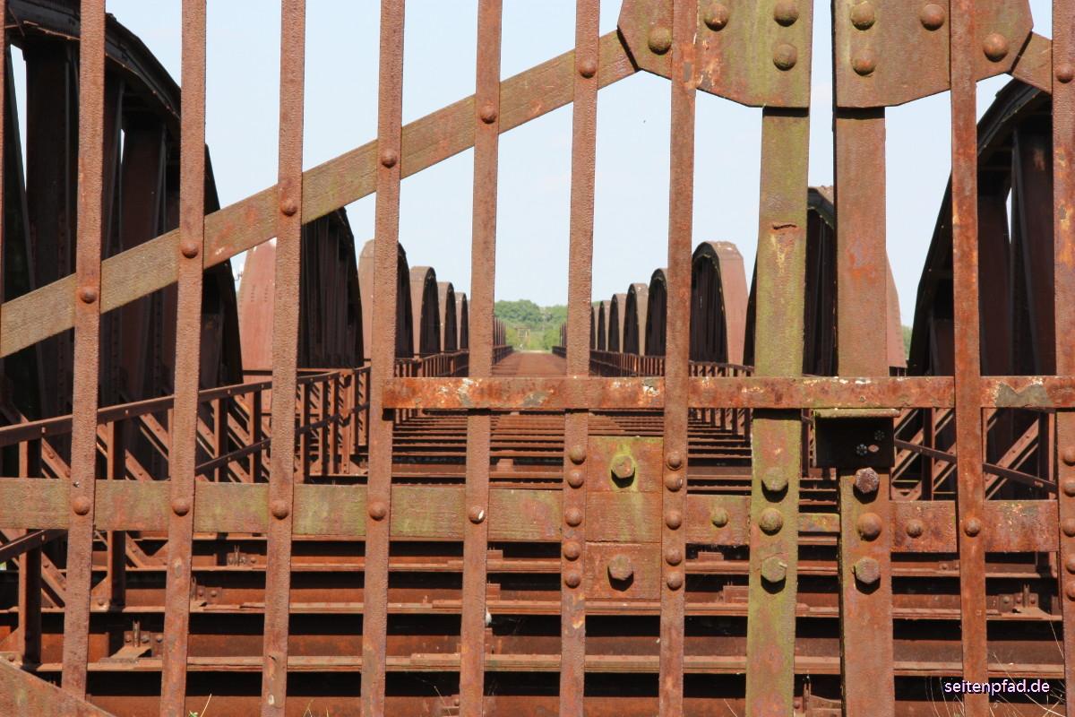 Schmiedeeiserne Sperrtore versperren damals wie heute den Zugang zur Brücke.
