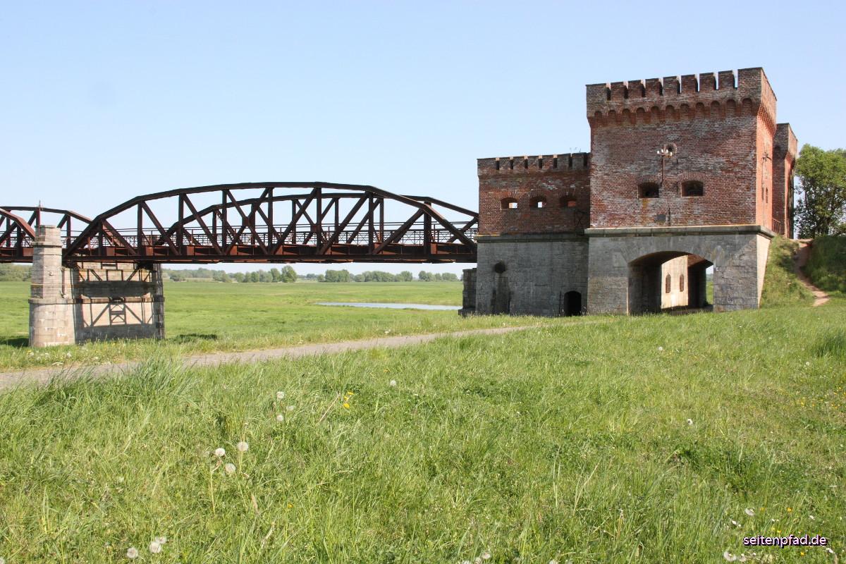 Seitenansicht des Brückenhauses am niedersächsischen Elbufer. Das Brückenhaus mit Schießscharten und Kasematten war für den Verteidigungsfall gedacht.
