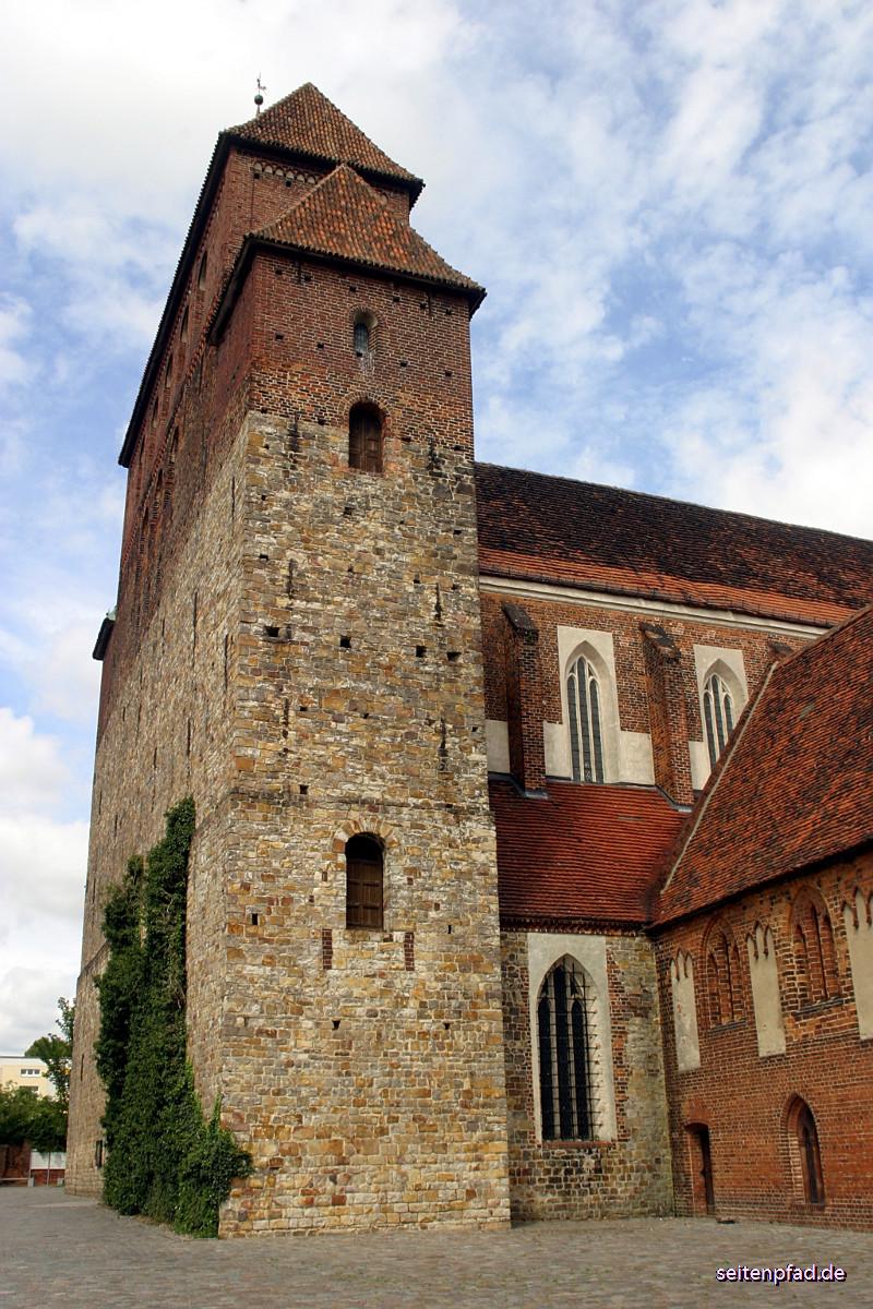 Westerquerriegel mit aufgesetztem neoromanischen Glockengeschoss