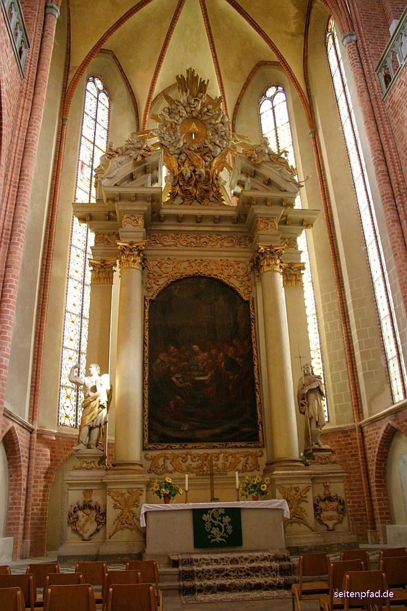 Der barocke Hauptaltar stammt aus dem Jahre 1700