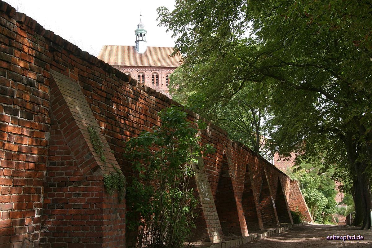 Blick über die alte Stadtmauer auf den Westerquerriegel