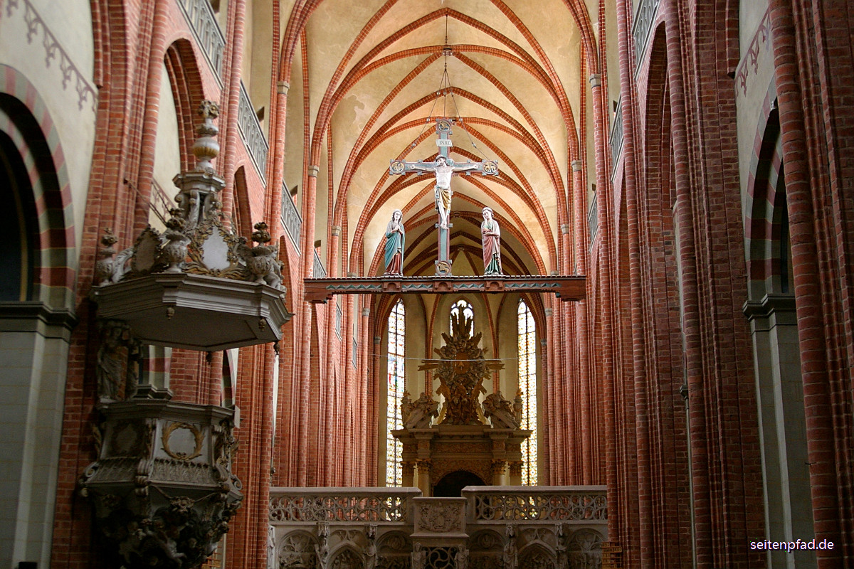 Blick nach Osten an der barocken Kanzel (1693) vorbei in Richtung Hauptaltar